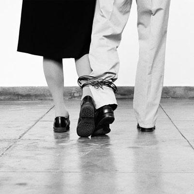 Helena Almeida, Sans titre, 2010, Photographie noir et blanc 125 x 135 cm, Courtesy Les filles du calvaire, Paris