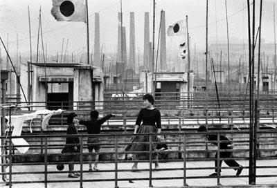 Shigeichi Nagano, Employée d'usine lors d'une fête nationale. Usine sidérurgique de Yahata, Fukuoka, 1958. Courtesy Studio Equis