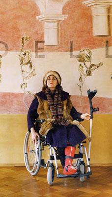 """Tina Bara, Alba D´Urbanoaus """"Seated model"""" 2006, Lambda-Print auf Fotopapier, 150 x 100 cm, Teil einer 5 teiligen Fotoinstallation"""