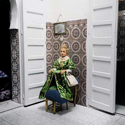 Fille aux tabourets, Casablanca, 2000 © Yto Barrada, Courtesy Galerie Polaris, Paris