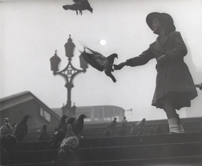 Wolfgang Suschitzky, Westminster Bridge, Embankment, 1934, © Wolfgang Suschitzky / Courtesy The Photographers' Gallery, London