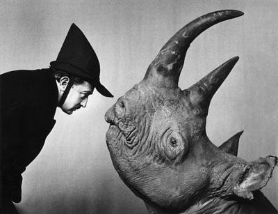 Philippe Halsman, Dalí mit Rhinozeros, 1956/1981Silbergelatineabzug, Sammlung Gaby und Wilhelm Schürmann, Herzogenrath© Nachlass Philippe Halsman
