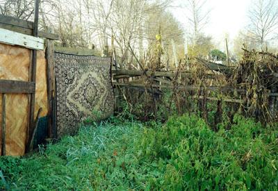 Gartenzaun mit Teppich,Gelsenkirchen 2003© Simone Nieweg