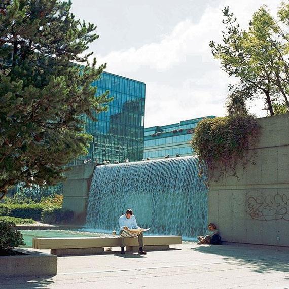 Vancouver, Robson Square, Wasserfall auf Straßenebene, 2005, C-Print, © Künstlerin