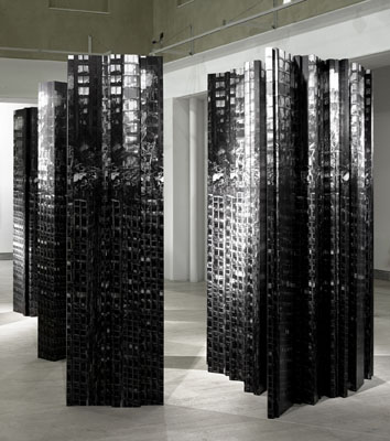 "Aitor Ortiz, ""Amorfosis 001"", 2008, Skulptur (Druck auf Aluminium), 250 x 100 cm, courtesy Nusser & Baumgart, München ©Aitor Ortiz"
