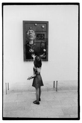 © Evelyn Richter, Rudolf Hausner, Altes Museum Berlin, 1979, Aus der Serie: Ausstellungsbesucher, Courtesy ART FOYER DZ BANK