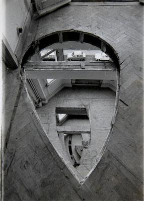 """Gordon Matta-Clark """"Office Baroque, 5th Floor looking down [Documentació de l'acció """"Office Baroque"""" realitzada el 1977 a Anvers, Bèlgica]"""", 1977"""