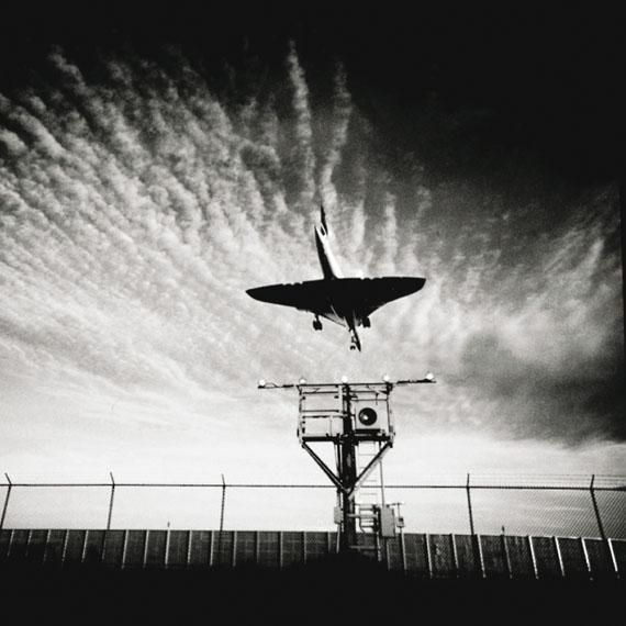 Frank Schramm, The Concorde landing at J.F.K. International Airport landing on runway RR13R-31L, September 30, 1989, © Frank Schramm. Courtesy Galerie Esther Woerdehoff