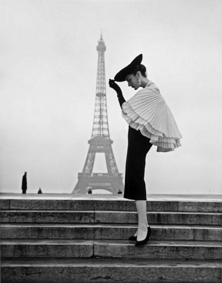 Walde Huth: Model Patricia führt Mode von Jacques Fath vor, Paris 1955 © Walde Huth / Archiv Horst GläserZeitgenössische Gernsheim-Collection / Forum Internationale Photographie / Reiss- Engelhorn-Museen