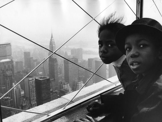 Max Jacoby: Auf dem Empire State Building (2 Black kids), New York 1970's