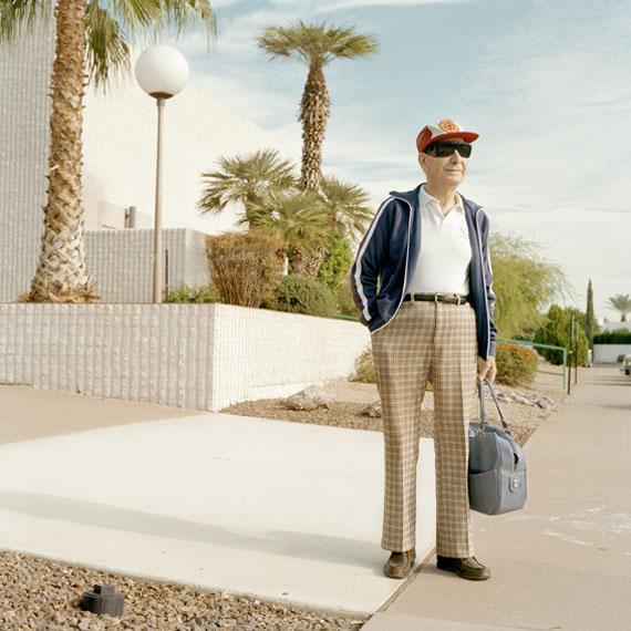 Peter Granser: Mann mit Tasche, Sun City, 2001, C-Print, Diasec, 50x50 cm