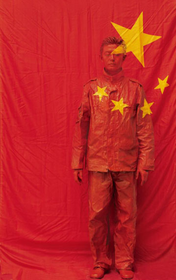 LIU Bolin: In Front of the Party´s Flag (Hide in the city) 2006