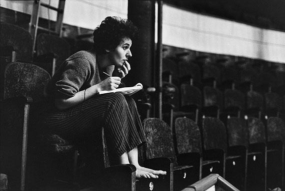 Martine Franck:Ariane Mnouchkine, Leiterin des Théâtre du Soleil während einer Probe, Paris, 1968© Martine Franck / MAGNUM Photos / Focus