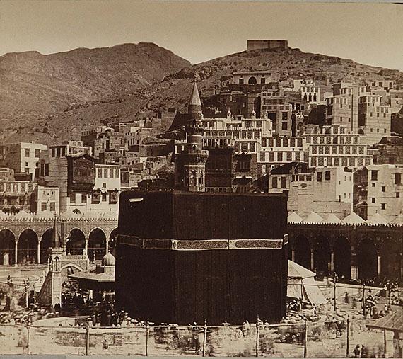 Mekka, Pilger und ihr zeremonieller Umlauf um die Kaaba, Mohammed Sadiq Bey, 1880, Bildnachweis: Reiss-Engelhorn-Museen/Forum Internationale Photographie