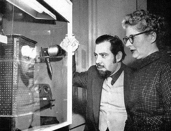 """Alison und Helmut Gernsheim in ihrer Ausstellung """"Hundert Jahre Fotografie"""",  im Nordiska Museum, Stockholm, 1957, Bildnachweis: Reiss-Engelhorn-Museen/Forum Internationale Photographie/Sammlung Gernsheim"""