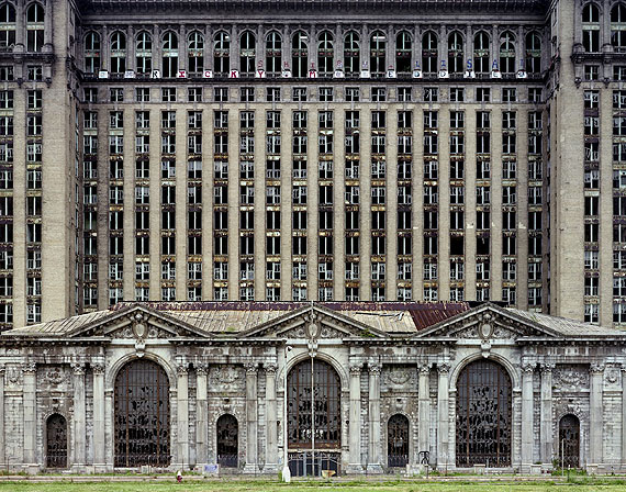 Michigan Central Station, 2007 © Yves Marchand & Romain Meffre, Courtesy Galerie Edwynn Houk