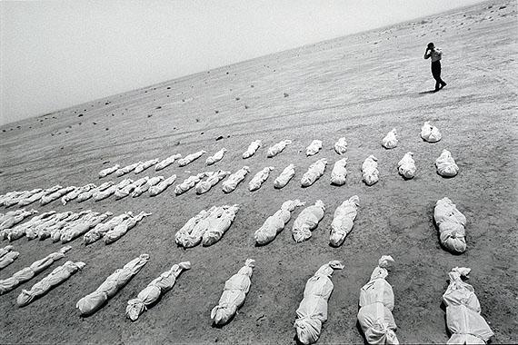"""Dario Mitidieri: """"Iraque 2003"""" (Leichensäcke), 2003, silver gelatine print, 50x60 cm"""