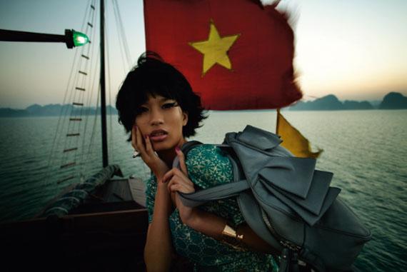 Fashion ethnic #1 - Baie de Ha Long, Vietnam, 2009 © Patrick Swirc - courtesy Polka Galerie
