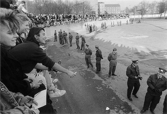 Barbara Klemm: Berlin,Mädchen auf der Mauer, 10.11.1989