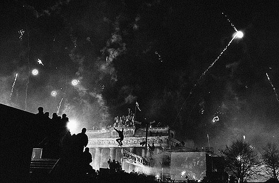 Arno Fischer: Berlin, Silvester am Brandenburger Tor, 31.12.1989