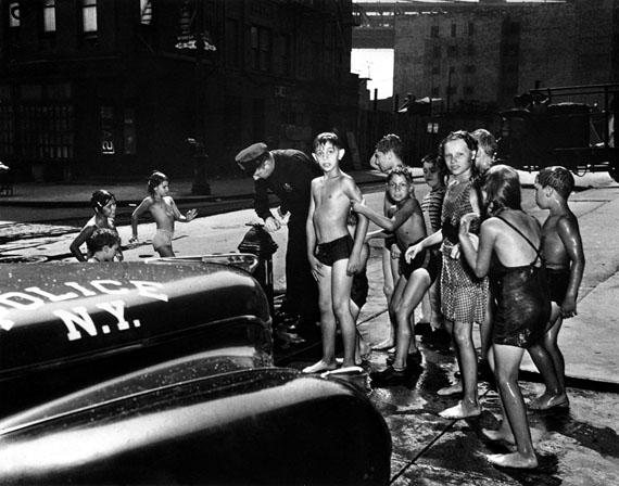 Polizei beendet Straßendusche der Kinder, 1944 © Weegee/ Institut für Kulturaustausch, Tübingen 2013.