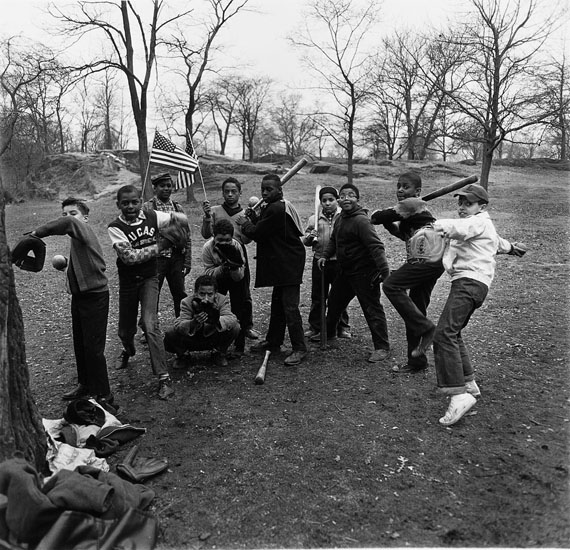 """Arbus, Diane""""Baseball Game, Central Park"""". New York 1962. Later gelatin silver print from original negative by Neil Selkirk. Number 2/75. 35,8 x 37cm.€ 6.000 - 8.000"""