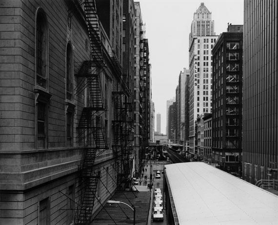 "Struth, Thomas""Wabash Avenue / The Loop"".Chicago 1990. Gelatin silver print. Mat. Original artist's frame. One of an edition of 10. 45,5 x 56,2cm (frame: 73,6 x 85,7cm).€ 9.000 - 11.000"