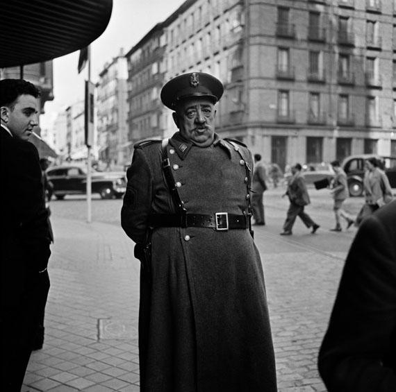 Bill Perlmutter, Policeman, Madrid, 1956, Fine Art Print auf Harman Gloss Baryta, 40 × 40 cm