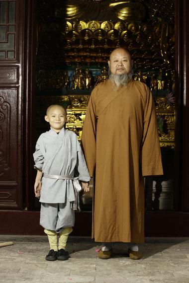 Der fünfjährige Xiaosong hat etwas geschafft, wovon Millionen Kinder in China träumen. Er steht im Shaolin-Kloster neben dem Großmeister Shi Yanzhuang und darf von ihm die Kunst des Kung-Fu lernen. © Sabine Kress