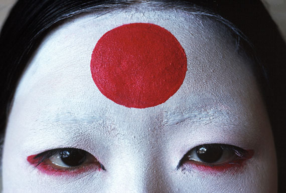 Thomas Hoepker: Japanese girl with painted flag symbol, archival pigment print, 24 x 36 cm
