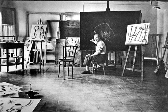 © Ernst Scheidegger, Joan Miro beim Malen im Atelier in Montroig 1952/53, Heliogravüre der 90-Jahre