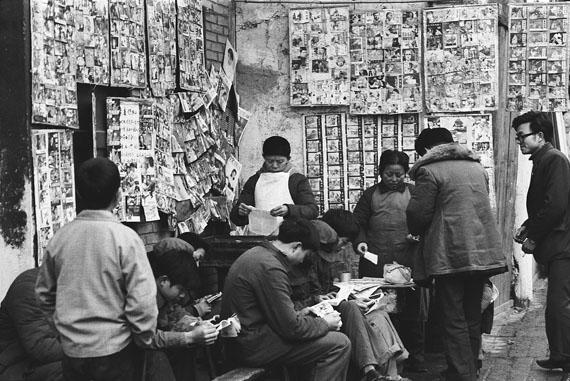 Ulrike Ottinger: Straßenbibliothek. Verleih von klassischen und neuen Bildergeschichten, 1985 © Ulrike Ottinger