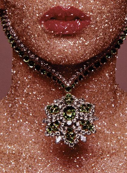 Vogue Paris – Dezember 1969. Schmuck: Van Cleef & Arpels Make-up: Serge Lutens  © The Estate of Guy Bourdin, 2013