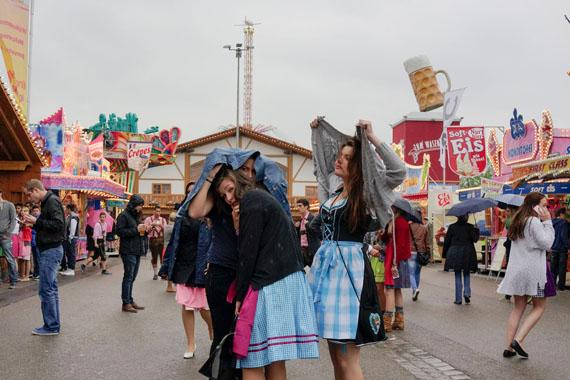 Peter van Agtmael: Ein regnerischer Tag auf dem Stuttgarter Frühlingsfest. Stuttgart. Deutschland. 2013© Peter van Agtmael/Magnum Photos/FOCUS