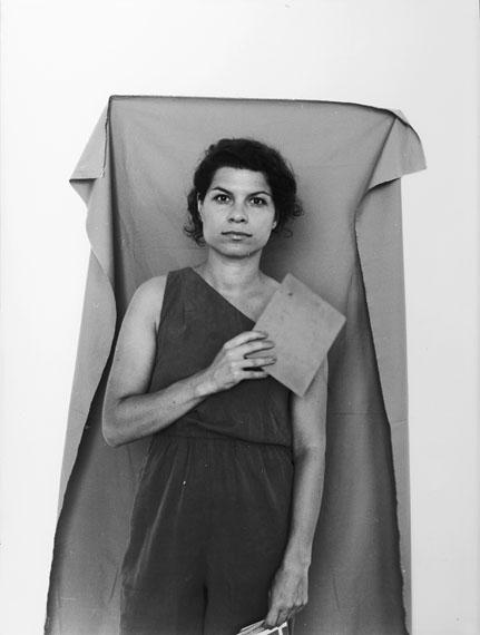 Selbstportrait mit Graukarte und Zahnschmerzen, 2013, analoger SW-Barytprint, 40x30 cm © Anja Manfredi