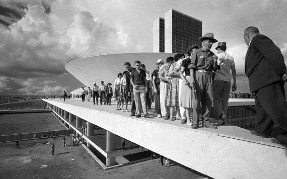 Thomaz FarkasMenschen auf dem Dach des Nationalkongresses, am Tag der EinweihungBrasílias, 21. April 1960© Instituto Moreira Salles