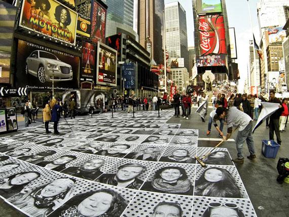 """Mit seiner Installation """"InsideOut"""" verwandelte JR den Times Square in New York. Er beklebte den gesamten Boden mit seinen Fotografien.rbb / © Instagram newyorkmag"""