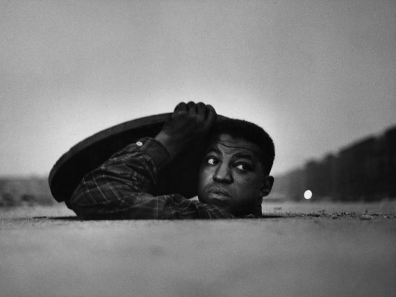 © Gordon Parks Foundation - The Invisible Man, Harlem, New York, 1952