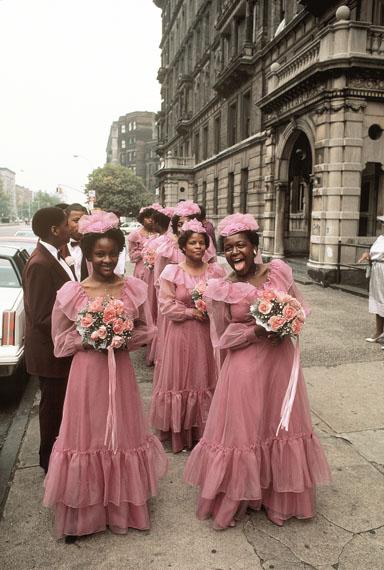 Hochzeitsgesellschaft mit Brautjungfern auf der Fifth Avenue in Harlem, New York, 1983© Thomas Hoepker / MAGNUM PHOTOS