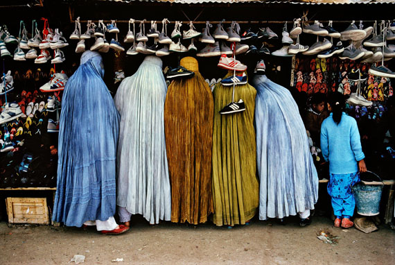 Women shoppers dressed in the traditional burqa, Kabul, Afghanistan, 1992, C-Print, 100 x 150 cm, © Steve McCurry / Magnum Photos
