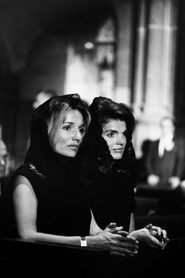 © Robert Lebeck: 'Jackie Kennedy und ihre Schwester Lee Radziwill am Sarg von Robert Kennedy,  New York 1968