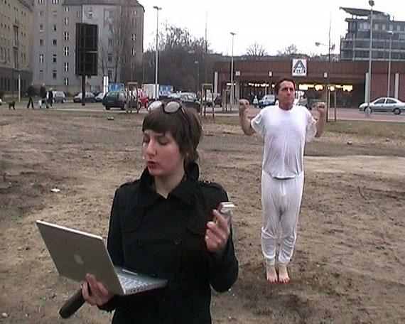 """BEEP OFF - Jasmin Schwarz und Florian Merkel - Videostill aus """"GIMM"""", 2009"""