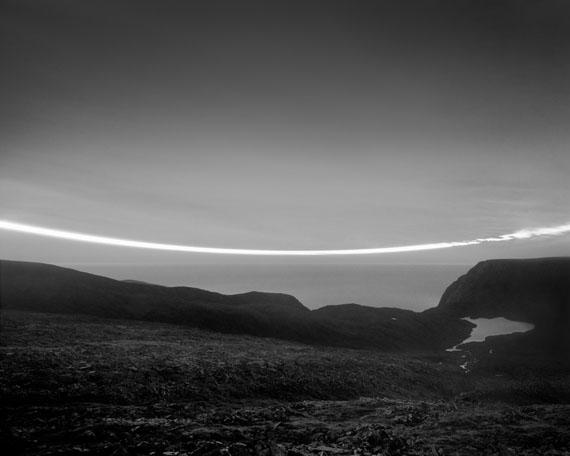 Guido BaselgiaLight Fall 41, 2014Durch die Mitte der Nacht, 26./27. Juli 2011, N71°, NorwegenSilbergelatine auf Baryt96 x 120 cm