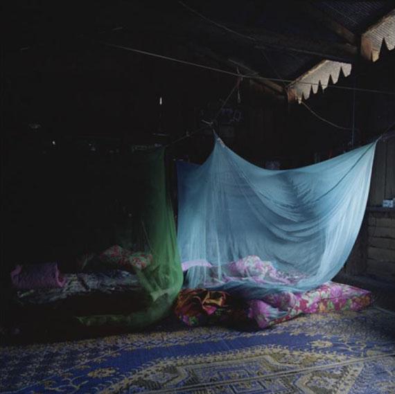 Marrigje de Maar, Yunnan, blue mosquito netting