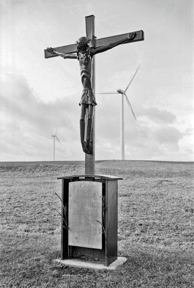 Helmut HirlerAus der Serie: Landschaft Oberschwaben. Feldkreuz am Judetenberg, 1998Silbergelatine, 57 x 37 cm
