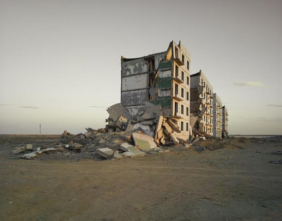 Mer d'Aral (bâtiment des officiers), Kazakhstan, 2011. © Nadav Kander