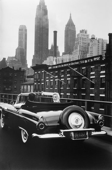 Sam ShawMarilyn Monroe et Henry Miller en voiture, New York City1957tirage argentique sur papier baryté, 33 x 50 cm Édition : 29/30© Sam Shaw, courtesy Galerie Esther Woerdehoff