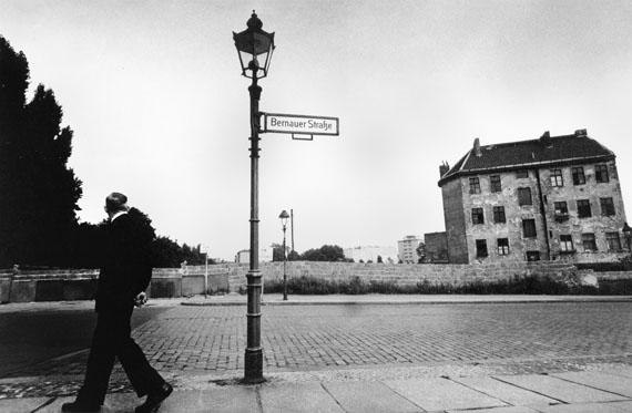 Blick über die Mauer an der Bernauer Straße, 1956 - 1961 © Will McBride