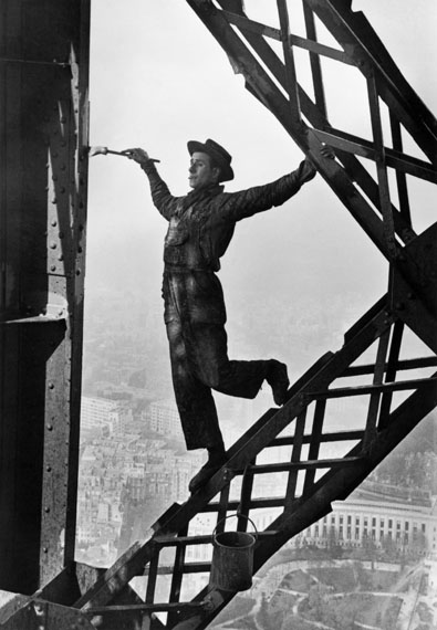 Marc Riboud . Eiffel Tower . Paris, Frankreich . 1953  © Inge Morat / Magnum Photos