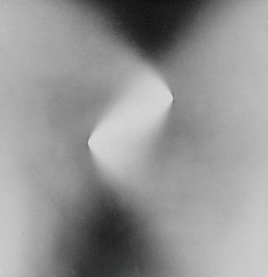 KILIAN BREIER. Knicke, 1960/1965. Silbergelatine-Barytpapierabzug. 23,7 x 22,7 cm